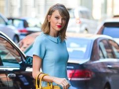 Taylor Swift, cu un look retro. Vezi tinuta color block!